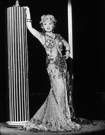 Choć była już nie pierwszej młodości, Mae West uwodziła tabuny mężczyzn.