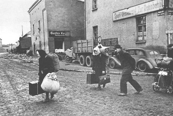 Niemieccy uchodźcy na Śląsku, 1945 roku (fot. domena publiczna).