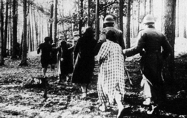 Nie można zapominać w jakim kontekście dochodziło do przemocy seksualnej w wykonaniu Polaków. Na zdjęciu niemieccy żołnierze prowadzący polskie kobiety na rozstrzelanie....