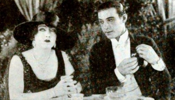 "Kadr z filmu ""Beyond the Rocks"" (1922) . Na zdjęciu Gloria Swanson i Rudolf Valentino"