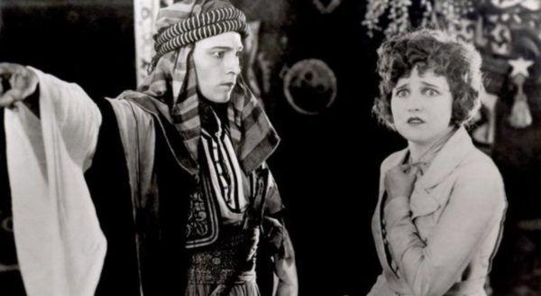 W swoim najsłynniejszym filmie. Rudolf Valentino jako arabski szejk.
