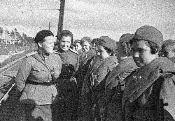 Snajperami w Armii Czerwonej były również kobiety. Na zdjęciu absolwentki Centralnej Żeńskiej Szkoły Snajperskiej w Moskwie przed wyruszeniem na front (fot. RIA Novosti archive, image #58861 / B. Krasuckij / CC-BY-SA 3.0).