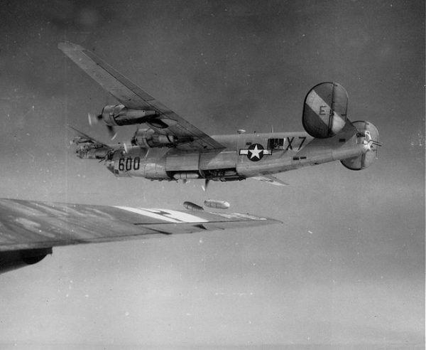 B-24 Liberator zrzuca bomby z napalmem na niemieckie fortyfikacje w pobliżu portu w Bordeaux, 1945 r. (fot. U.S. Air Force, domena publiczna).