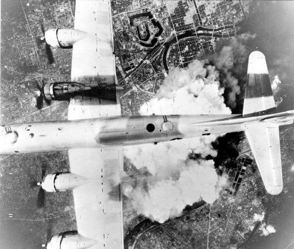 Boeing B-29A-45-BN Superfortress w czasie bombardowania Osaki bombami zapalającymi, 1 czerwca 1945 r. (fot. U.S. Air Force, domena publiczna).