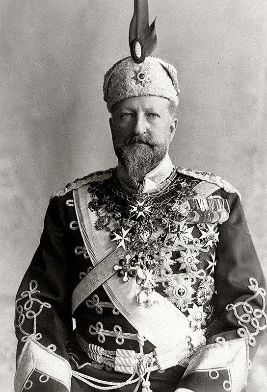 """Car Ferdynand I, jak stwierdził Wilhelm II: """"obwieszony orderami jak choinka"""" (źródło: domena publiczna)."""