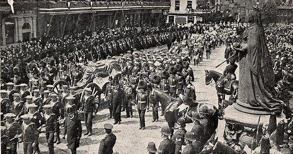 Trumna Edwarda VII, żegnana przez tłumy (źródło: domena publiczna).