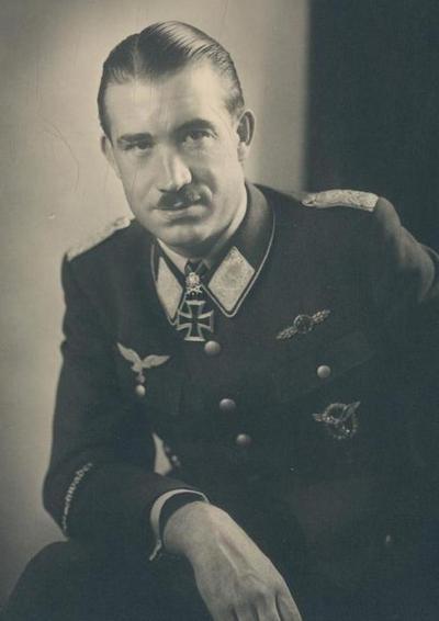 Adolf Galland na niemieckiej pocztówce propagandowej z okresu II wojny światowej (źródło: domena publiczna).