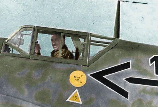 Adolf Galland w kabinie swojego messerschmitta Bf 109. Być może zastanawia się, czy znów przyjdzie mu się zmierzyć z Polakami? (źródło: domena publiczna; koloryzacja RK).