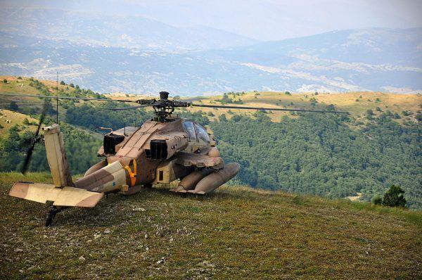 Izraelski AH-64 Apache na ćwiczeniach w Grecji. To taki śmigłowiec posłużył do zabicia szejka Ahmeda Jassina (fot. Israel Defense Forces, CC BY-SA 2.0).