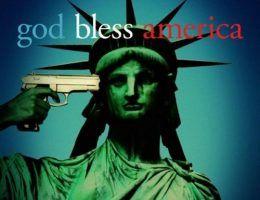 """Zdecydowanie Amerykanom potrzebna jest boska opieka. Na ilustracji fragment plakatu promującego film """"God Bless America"""" Bobcata Goldthwaita."""