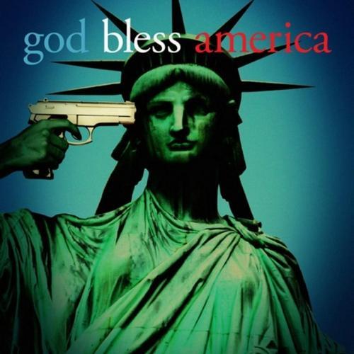 """Zdecydowanie, Amerykanom potrzebna jest boska opieka. Na ilustracji fragment plakatu promującego film """"God Bless America"""" Bobcata Goldthwaita."""