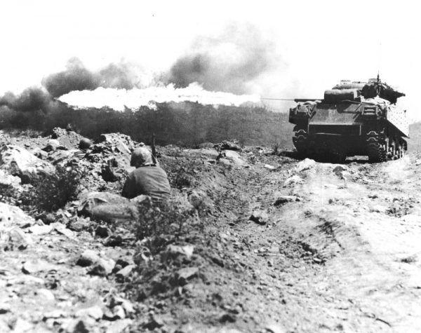 Amerykański czołg uzbrojony w miotacz ognia atakuje japońskie umocnienia na Iwo Jimie (fot. Mark Kauffman, U.S. Marine Corps, domena publiczna).
