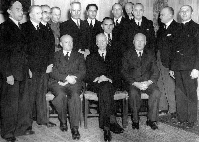 Na stanowisko premiera desygnowano z kolei Stanisława Mikołajczyka (siedzi pierwszy z lewej). Chciał on wykorzystać ew. powstanie jako kartę przetargową w rozmowach ze Stalinem (źródło: domena publiczna).