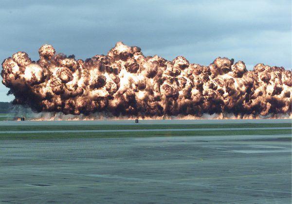 Współczesna symulacja lotniczego ataku napalmem. W 1942 roku jego niszczycielska siła nie była jeszcze tak oczywista (fot. Andrew Pendracki, United States Marine Corps, domena publiczna).