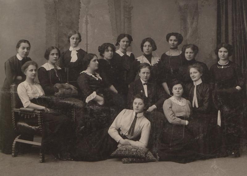 Zofia Sadowska była pierwszą Polką, która uzyskała stopień doktora medycyny na rosyjskim uniwersytecie. Na zdjęciu (siedzi w środku) wraz z innymi członkiniami Stowarzyszenia Spójnia Studentek Polek w Sankt Petersburgu (źródło: domena publiczna).