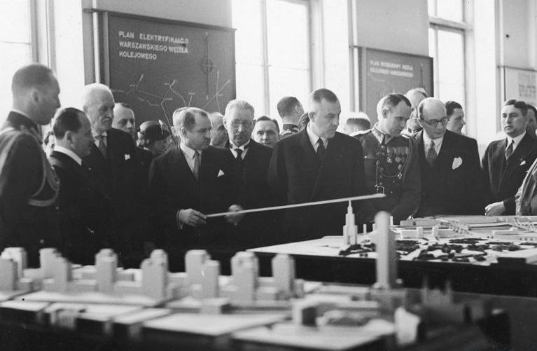 Prezydent Stefan Starzyński wskazuje na projekt budynku Juliusza Nagórskiego, który miał górować nad Warszawą. Jakieś skojarzenia? (źródło: domena publiczna)