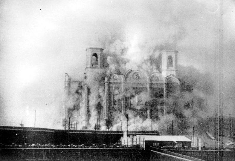 Aby zrobić miejsce pod budowę Pałacu Rad najpierw należało wyburzyć Cerkiew Chrystusa Zbawiciela. Na zdjęciu uwieczniono moment jej wysadzenia w powietrze (źródło: domena publiczna).
