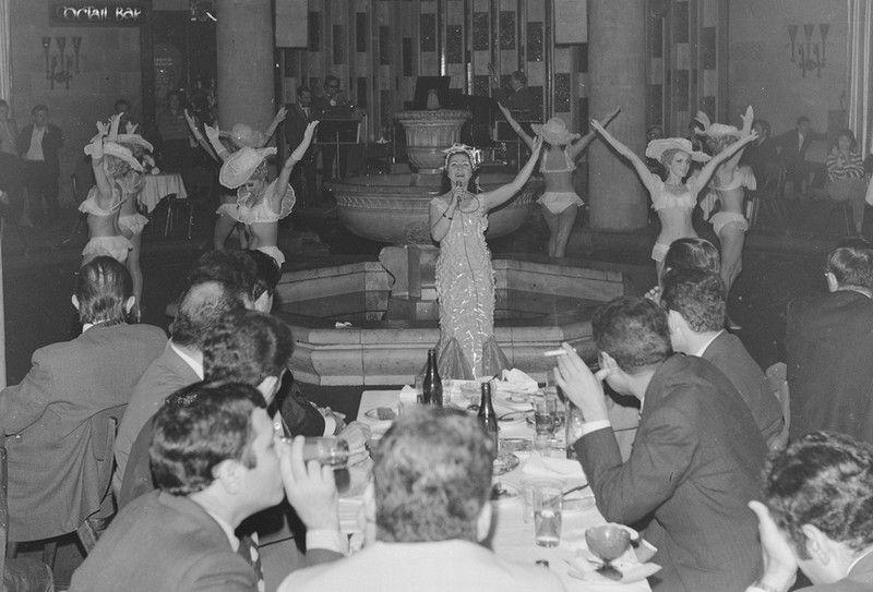 """Czy to tylko taniec, czy już striptiz? Zdjęcie pochodzi z książki """"<a href=""""http://www.znak.com.pl/ciekawostkikartoteka,ksiazka,6488,Palac-Biografia-intymna"""" target=""""_blank"""">Pałac. Biografia Intymna</a>""""."""