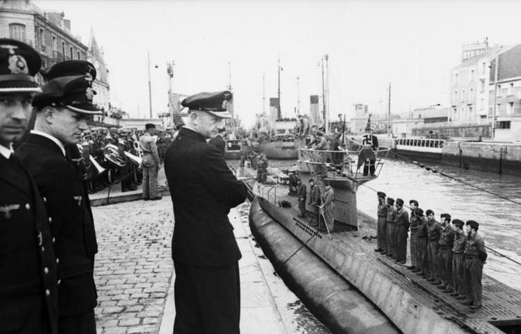 Martha obawiała się, że padnie ofiarą podwodników admirała Dönitza. Na zdjęciu stoi z założonymi rękoma (źródło: Bundesarchiv; lic. CC ASA 3.0).