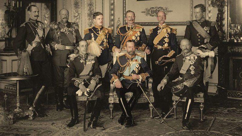 Wszystkie koronowane głowy przybyłe na uroczystość w komplecie. Od lewej stoją: król Norwegii, car Bułgarii, król Portugalii, cesarz Niemiec, król Greków i król Belgów. Od lewej siedzą: król Hiszpanii, król Wielkiej Brytanii i król Danii (źródło: domena publiczna).