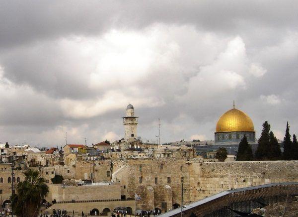 Ciekawe, czy zdaniem zwolenników terii spiskowych agentki Mossadu przechodzą seks-szkolenie w cieniu kopuły na skale?