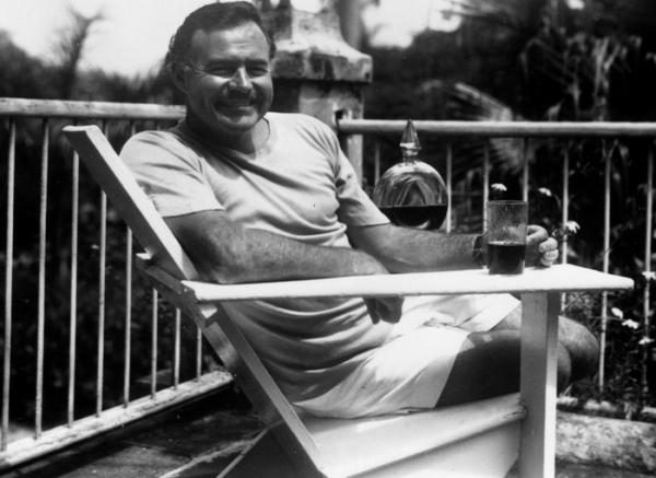 Nawet pokiereszowanemu Hemingway'owi alkohol był w głowie (źródło: domena publiczna).