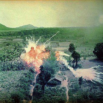 Bombardowanie napalmem na południe od Sajgonu (fot. National Archives and Records Administration, id. 542328, domena publiczna).
