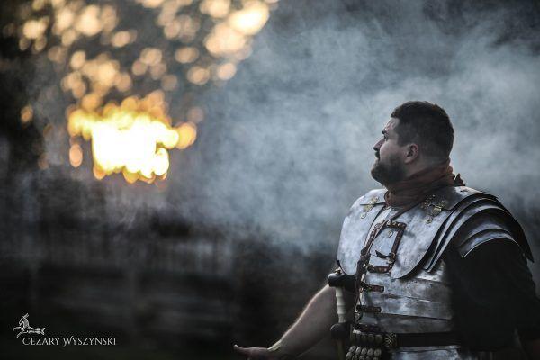 """""""Uwielbiam zapach płonącej wioski o poranku"""" (fot. Cezary Wyszynski Photography, Legio XXI Rapax)."""