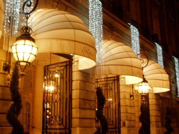 Rzęsiście oświetlone wejście do paryskiego Ritza.