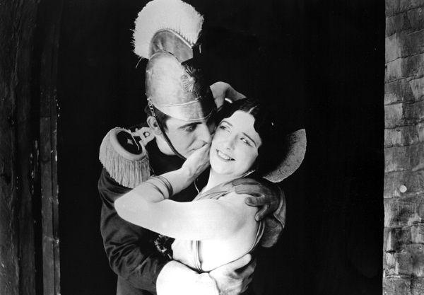 Wallace Reid obejmuje na planie filmowym słynną śpiewaczkę operową Geraldine Farrar.