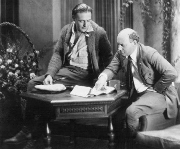 Wallace Reid (po lewej) konsultuje scenariusz.