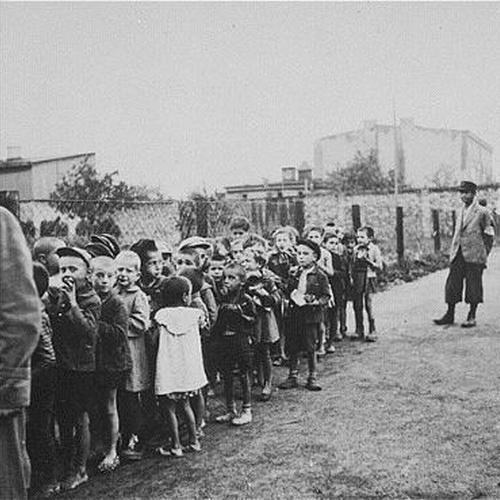 Dzieci z łódzkiego getta, oczekujące na transport do obozu w Chełmnie. Może i wśród nich był zapomniany kronikarz zagłady? (źródło: domena publiczna)