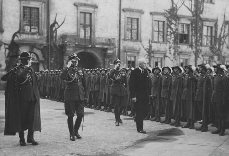 Prezydent Ignacy Mościcki przechodzi przed frontem 5. Pułku Strzelców Podhalańskich. To w tej jednostce służył porucznik Bronisław Romaniec (źródło: domena publiczna).