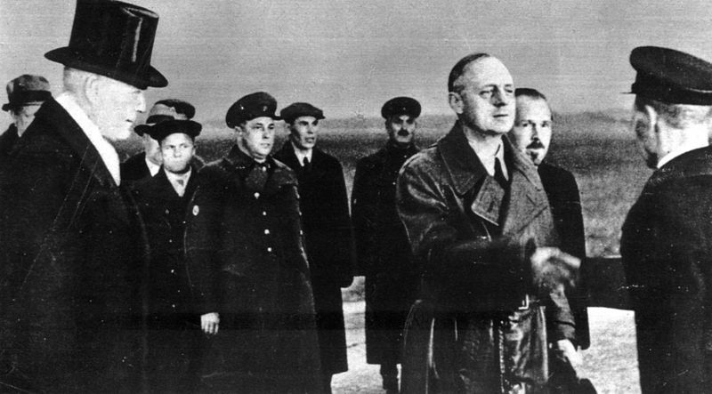 Joachim von Ribbentrop z wizytą w Moskwie. Ciekawe, ilu tajniaków uwieczniono na tym zdjęciu (źródło: domena publiczna).