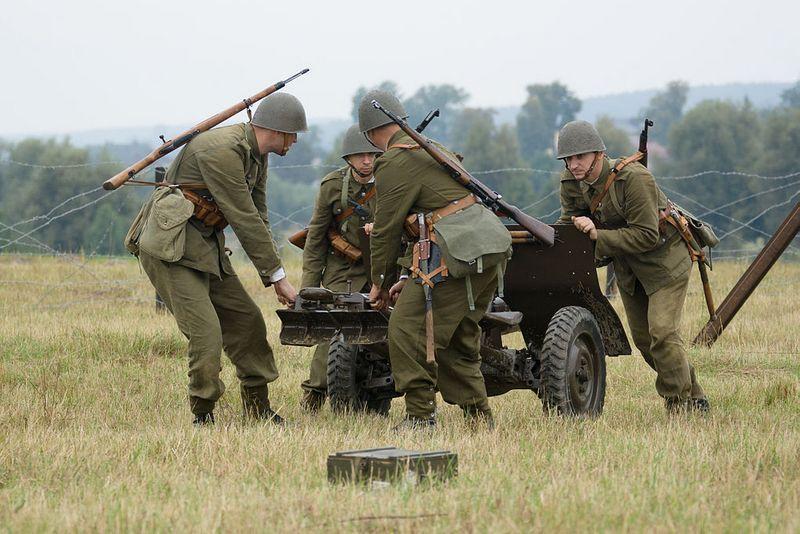 Pod Mławą nasza artyleria spisała się na medal, zadając atakującym Niemcom poważne straty. Na zdjęciu rekonstrukcja bitwy (for. Adam Kliczek, lic. CC ASA.3.0).