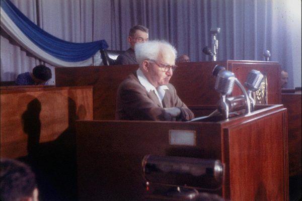 Premier Izraela Dawid Ben Gurion w Knessecie w 1957 roku. Trzy lata później ogłosi z tego samego miejsca schwytanie Adolfa Eichmanna (fot. Israel National Photo Archive, domena publiczna).