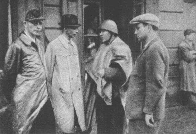 Generał Bór-Komorowski (drug z lewej), jeszcze w połowie września 1944 roku pozostawał optymistą (źródło: domena publiczna).