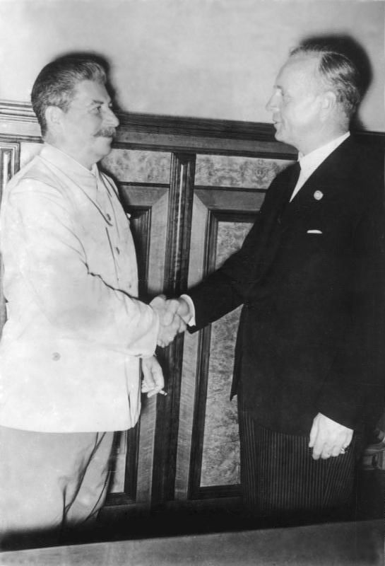 Panie Ribbentrop, ma pan moje słowo (Bundesarchiv, Bild 183-H27337 / CC-BY-SA 3.0 de).hnet. Nach der Unterzeichnung im Gespräch J.W. Stalin und der deutsche Reichsaußenminister Joachim von Ribbentrop (r.).