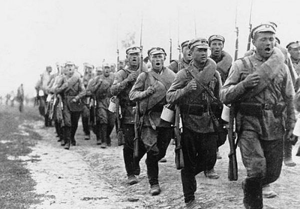 Zdaniem Józefa Piłsudskiego czerwonoarmiści byli źle dowodzeni i pozbawieni hartu ducha. Na zdjęciu z 1920 roku oddział czerwonoarmistów maszeruje na pierwszą linię frontu (źródło: domena publiczna).