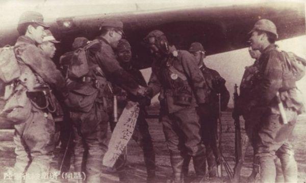 Michiro Okuyama przed wylotem na swoją samobójczą misje (fot. Tsuguichi Koyanagi, domena publiczna).