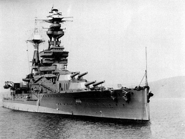 HMS Royal Oak wyszedł bez szwanku z bitwy jutlandzkiej w czasie I wojny światowej, a został zatopiony we własnej bazie (fot. Royal Navy, domena publiczna).