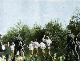 """Polscy jeńcy pod niemiecką eskortą. Zdjęcie z książki Jochena Böhlera pt. """"Najazd 1939. Niemcy przeciw Polsce""""."""