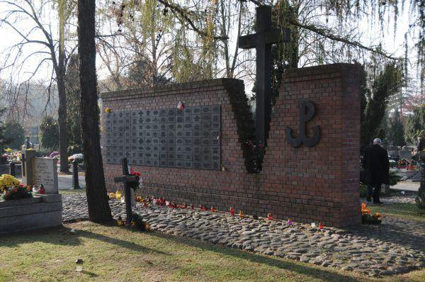 Kwatera na Łączce na Cmentarzu Wojskowym na Powązkach, gdzie spoczywa wiele ofiar Więzienia Mokotowskiego na Rakowieckiej (fot. Zlisiecki at pl.wikipedia, CC BY-SA 3.0).