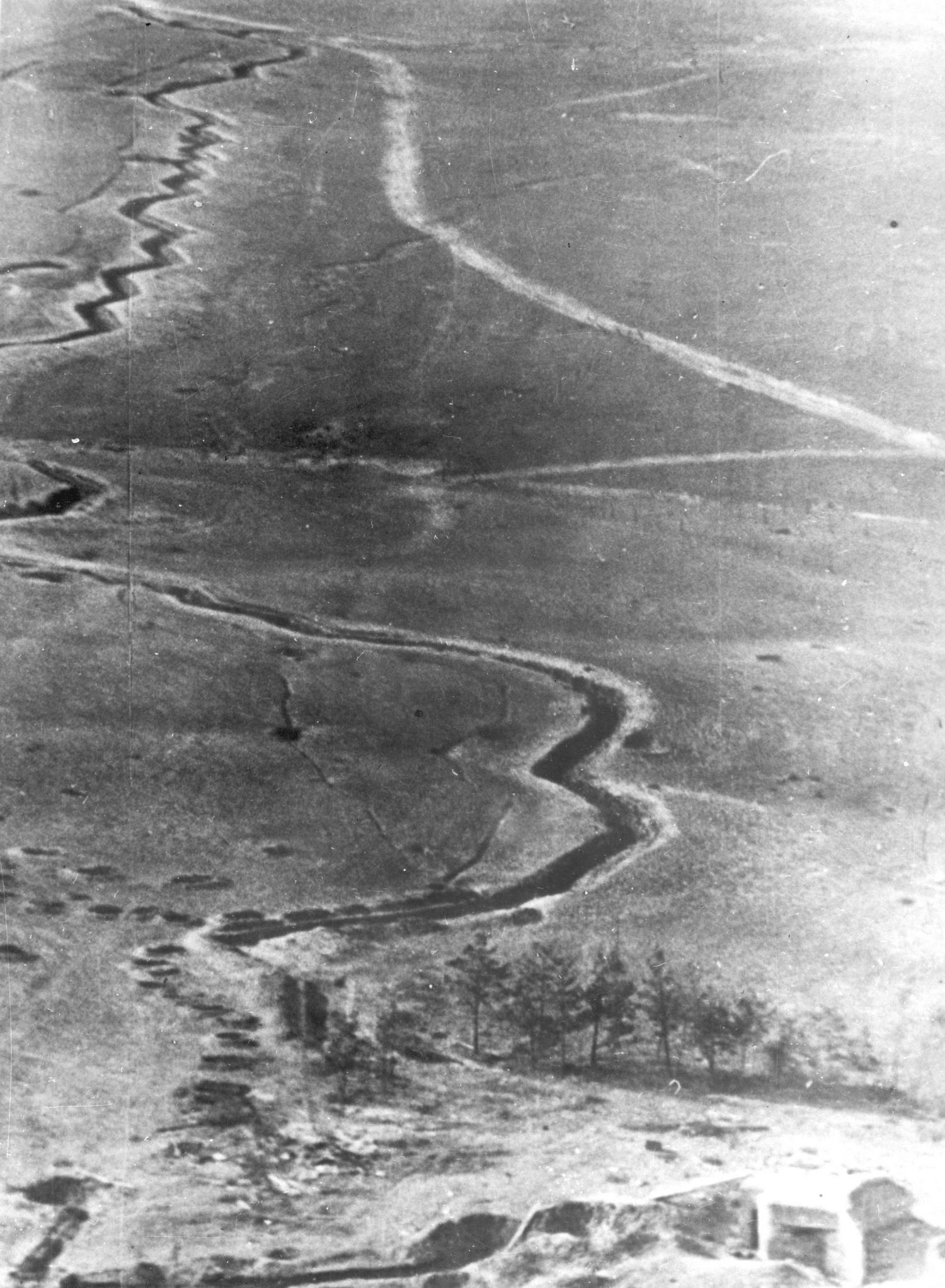 Polskie okopy w rejonie Mławy na zdjęciu lotniczym z września 1939 roku.