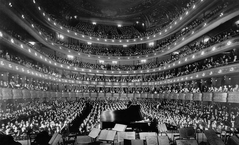 Józef Hofmann podczas solowego występu w Metropolitan Opera w Nowym Jorku. Pomysł na wycieraczki samochodowe zrodził się w jego głowie podczas ćwiczeń muzycznych (źródło: domena publiczna).
