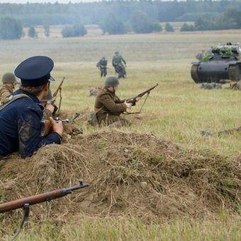 """Pod Mławą nasi żołnierze tak dali się we znaki Niemcom, że ci nazwali 20 Dywizję Piechoty """"żelazną dywizją"""". Na zdjęciu rekonstrukcja bitwy (for. Adam Kliczek, lic. CC ASA.3.0)."""