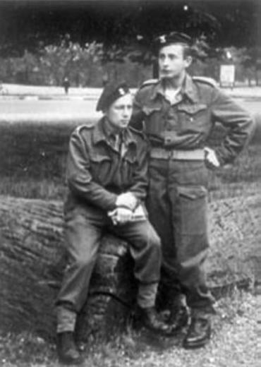 """Edward Łopatecki """"Młodzik"""", krótko po wojnie (z prawej). Zdjęcie z książki """"Powstańczy tryptyk"""" (Finna 2015)."""
