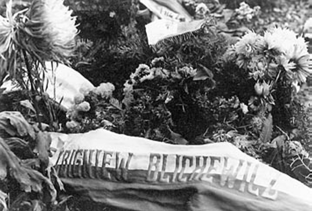 """Mogiła Zbigniewa i Marii Blichewiczów w Monachium. Zdjęcie i podpis pochodzą z książki """"Powstańczy tryptyk"""" (Finna 2015)."""