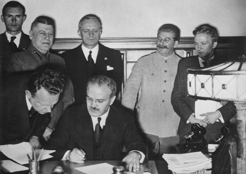 Podpisanie paktu Ribbentrop-Mołotow. Los Polski został przesądzony (źródło: domena publiczna).