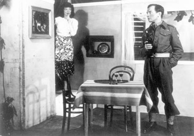 """Zbigniew Blichewicz i Maria Sznuk na scenie. Zdjęcie i podpis pochodzą z książki """"Powstańczy tryptyk"""" (Finna 2015)."""